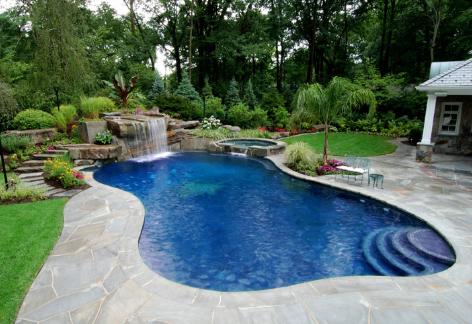 Бассейн во дворе дома
