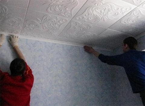 Монтаж потолка из полистирольной плитки