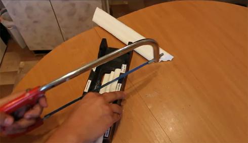 вырезать внутренний угол потолочного плинтуса