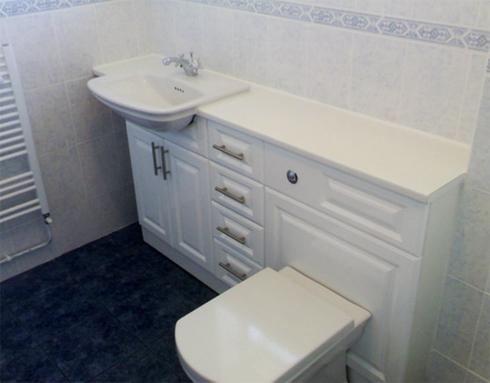 Как спрятать трубы в ванной комнате - фото идеи: http://stroimdelaem.ru/spryatat-truby-v-vannoj/