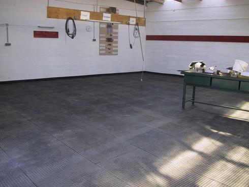 pol-v-garazhe-10