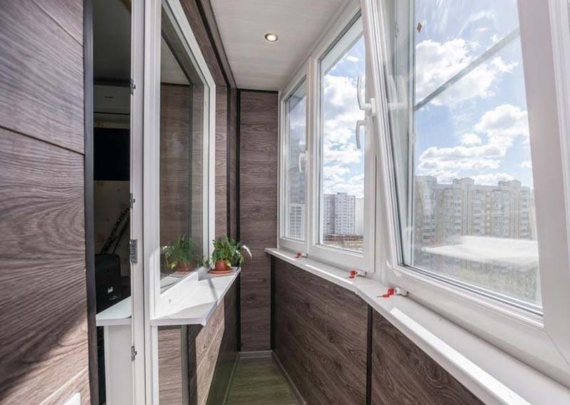 Балкон с крышей: приятный бонус или дополнительные хлопоты?